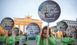 Greenpeace demonstration at the Brandenburg Gate, Berlin. Image: Gordon Welters / Greenpeace