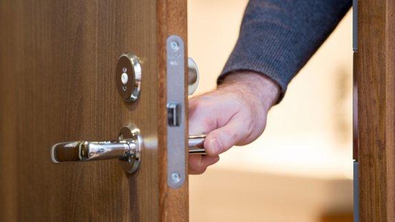 & Door shutting man hand 575 - Energy Live News - Energy Made Easy