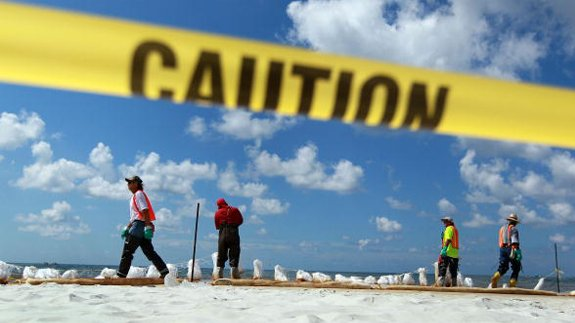 Workers at Orange Beach, Alabama following the Deepwater Horizon oil spill. Copyright: Joe Raedle/Thinkstock