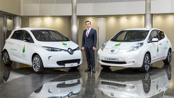 Renault-Nissan Chairman & CEO Carlos Ghosn with electric cars. Image: Renault-Nissan Alliance