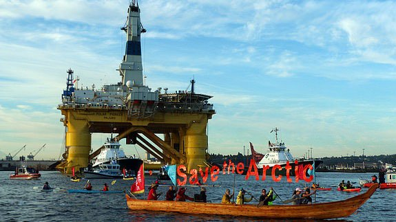 'Kayaktivists' outside the drilling rig. Image: Greenpeace